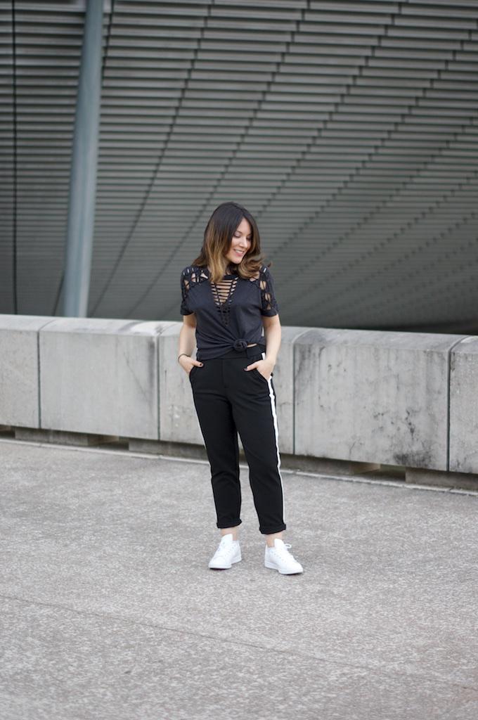 t-shirt noir macramé Urban Outfitter, pantalon chino à bandes blanches Zara et Stan Smith Originals Adidas Blanches