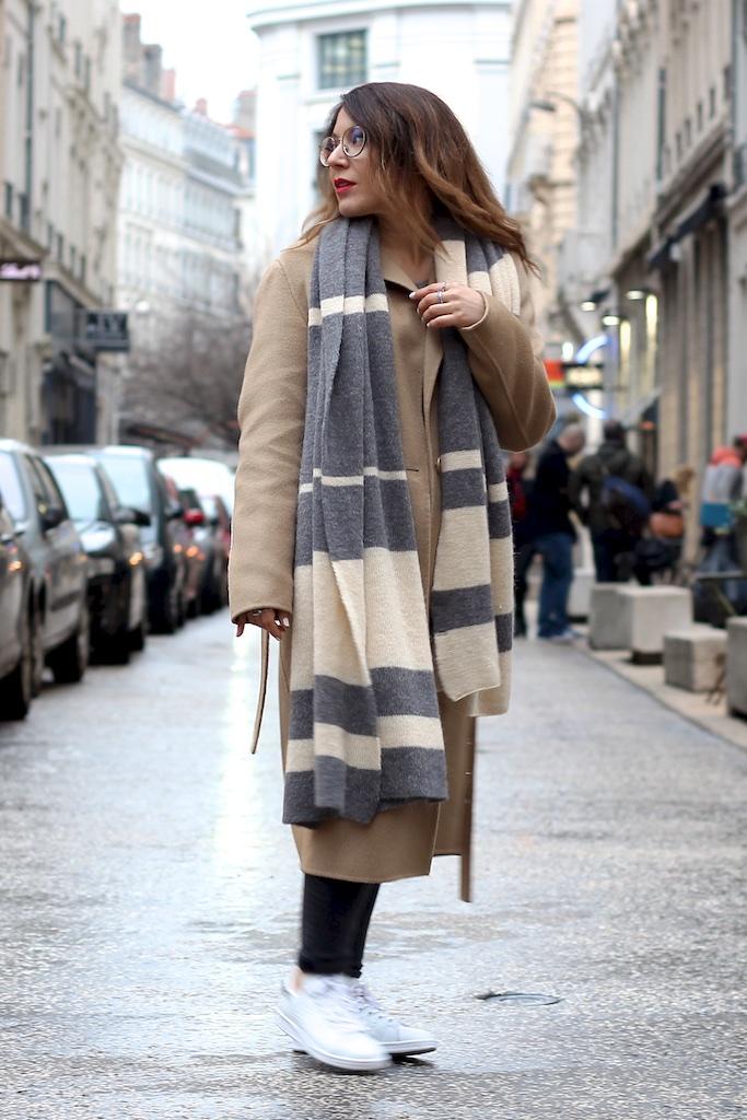 Manteau Long Sandro Camel Echarpe beige grise Zara- Mange Brille Aime